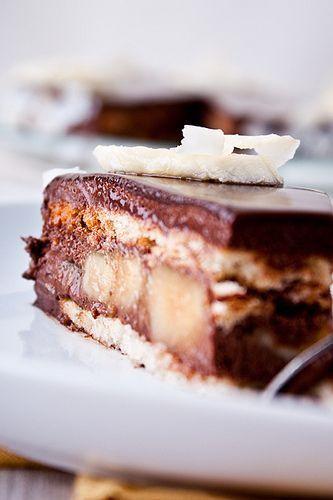 """Торт из недавно вышедшей книги Пьера Эрме """"Ларусс шоколад"""". Необычный, но безумно вкусный! Нежный шоколадный мусс с нотками свежего имбиря и лимона, невероятно ароматные и вкусные карамельные бананы и чудесный кокосовый дакуаз. Торт """"Криольо"""" Рецепт из книги Пьера Эрме """"Ларусс…"""