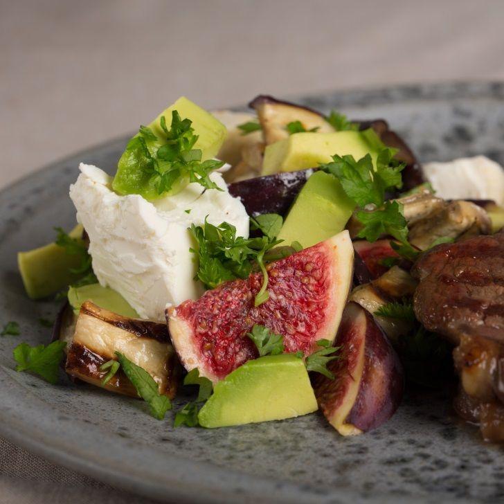 Fyldig salat med auberginer, avocado og figner