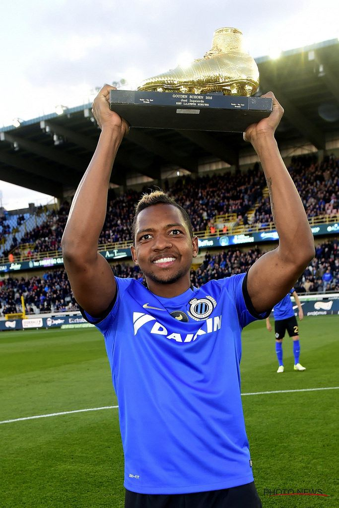 https://flic.kr/p/Ubt7dC | Club - KVO 26-04-2017 | BRUGGE, BELGIUM - APRIL 26 : Jose Izquierdo forward of Club Brugge receives The Golden Shoe ( The Golden Shoe ( Gouden Schoen / Soulier dÕor ) is an award for the best soccer player of the Belgian Jupiler Pro League during the year 2016 ) trophy out of the hands of Bart Verhaeghe president of Club Brugge and  Stephan Keygnaert, journalist of Het Laatste Nieuwe before during the Jupiler Pro League play - off 1 match between Club Brugge and…