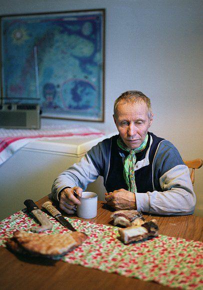 Sven Skaltje si připravuje jídlo z některých běžných složek sámské stravy – sušeného sobího masa, domácího chleba a kávy – v kuchyni bytu, který sdílí s pěti svými sourozenci v Gällivare ve Švédsku. R