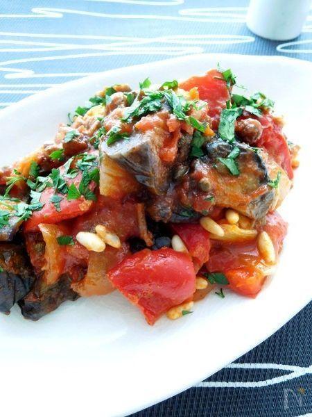イタリアのシチリアを代表する夏野菜料理「カポナータ」。アラブ料理の影響を受けたといわれており 普段イタリア料理にはあまり使われない砂糖を加え ワインヴィネガーで甘酸っぱく仕上げています。できたてよりも冷蔵庫に置いて味をなじませてからいただくとおいしくなります。