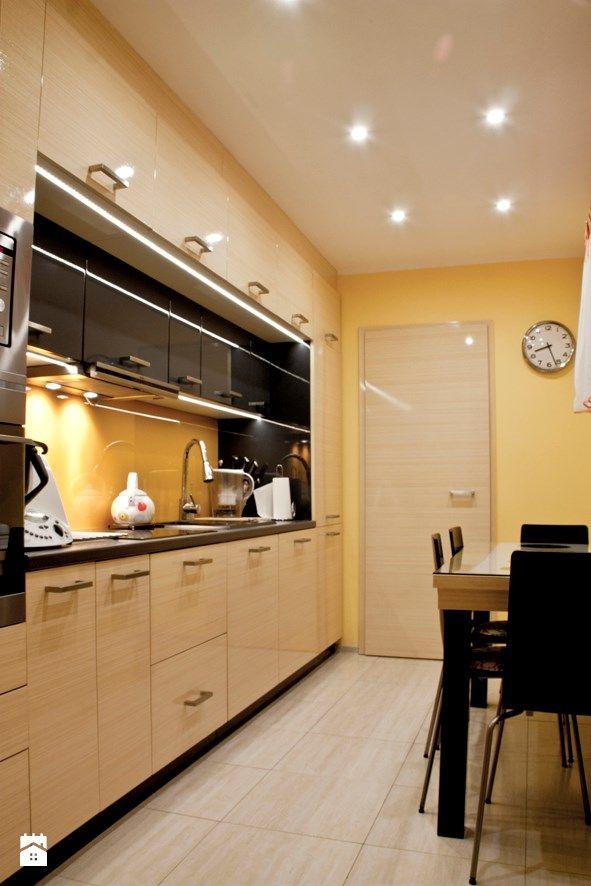 Niepraktyczna kuchnia w domu jednorodzinnym z plątaniną rur na ścianach miała stać się jasnym, ciepłym i funkcjonalnym pomieszczeniem. Naszym głównym zadaniem było stworzenie układ ...