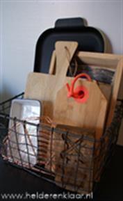 Zet een mand op je aanrecht voor snijplanken en dienbladen - 10 tips voor het opruimen van je keuken
