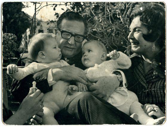 Salvador Allende y su esposa, Tencha Bussi, en 1971 junto a sus nietas Marcia Tambutti y Maya Fernández.