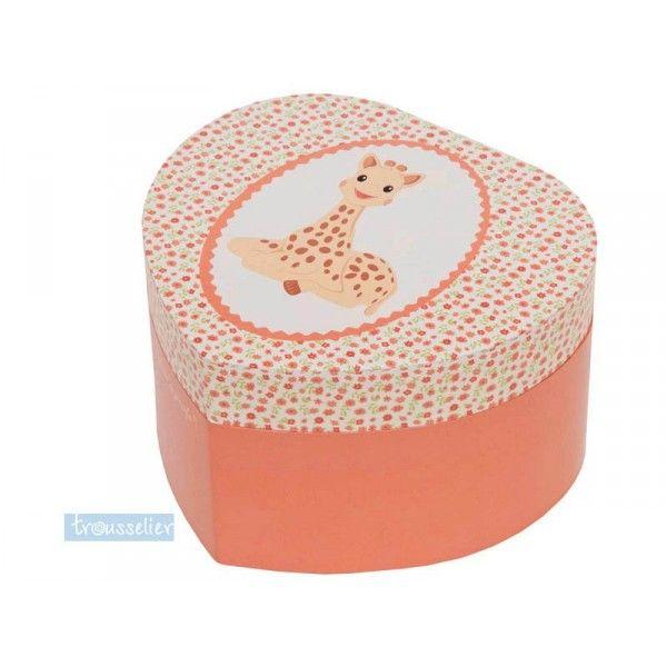 Cette adorable boîte à bijoux musicale coeur Sophie la girafe sera très appréciée en cadeau de naissance Boîte à bijoux thème Sophie la Girafe  pour ranger les colliers, bracelets et bagues. Quand vous ouvrez la boîte Sophie la girafe se met a tourner sur elle-même. Remonter la clée fixée derrière la boîte, une mélodie sort de cette magnifique petite boîte Fonctionne sans pile Cette boîte à bijoux est munie d'un range bagues