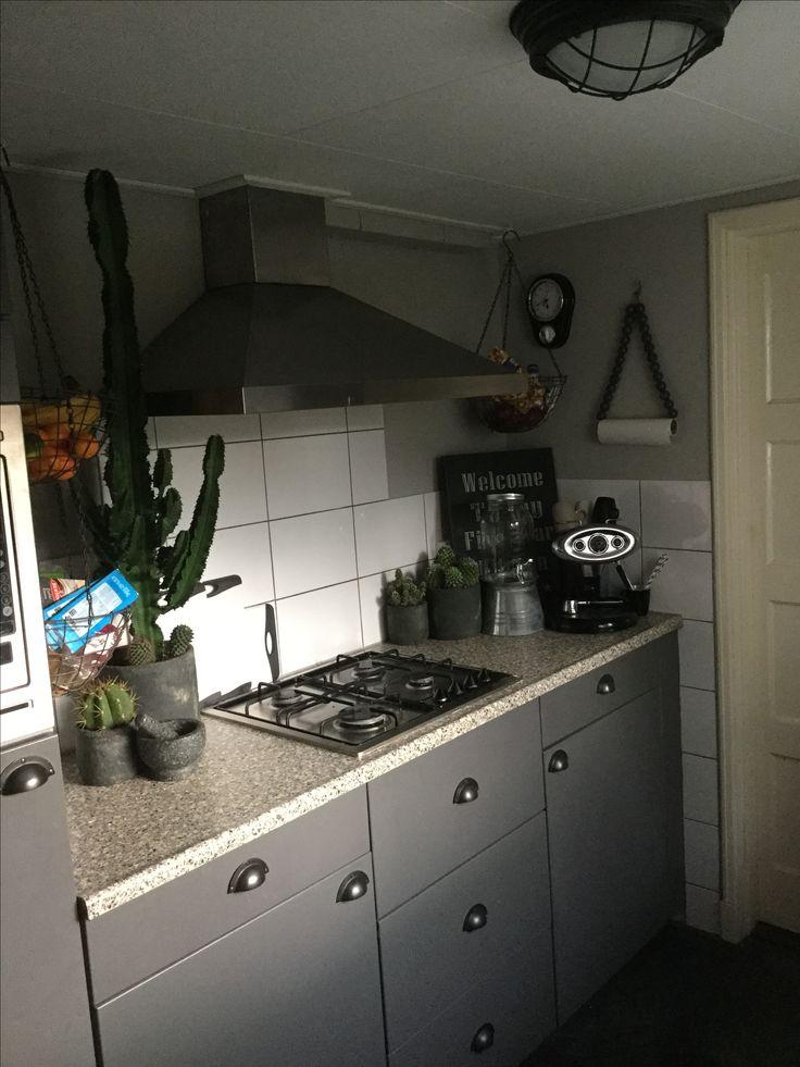 Keukenkastjes overschilderen - frontjes losmaken - keukenframe schilderen - plastic van de frontjes peuteren - goed gronden - in de terpentine verf - weer vastmaken - greepjes vast schroeven (wel voorboren) en klaar! Van pisgeel naar grijs.