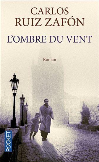 A Barcelone, en 1945, un petit garçon, Daniel Sempere, est conduit par son père au cimetière des livres oubliés. A la suite d'un rituel, Daniel est lié à un livre : L'ombre du vent écrit par Julian Carax. Ce livre change la vie du garçon, qui s'aperçoit par la suite qu'un homme brûle tous les livres de Carax.