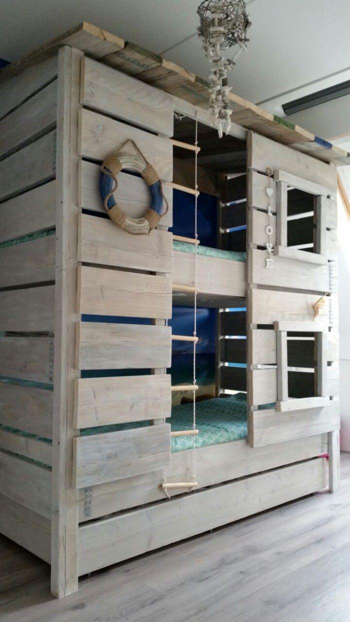 Dit stoere strandhuis stapelbed is ontworpen door Roomzzz voor de standkamer!  Door het gebruikt van steigerhout geeft het een stoere en robuuste uitstraling. Met het strand-foto-behang erachter, waan je jezelf helemaal in de strand sferen!