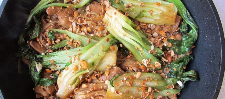 Pad+See+Ew+e+un+preparat+tailandez+cu+tăiței+de+orez+stir-fry. Rețeta+conține+condimente+tipic+asiatice.+Am+folosit+galanga+si+lemongrass,+sos+de+stridii,+pak+choi,+sos+de+soia,+oțet+devin+de+orez+,+alune++și+usturoi. Se+prepară+rapid.+E+foarte+aromat.+Galanga+îi+dă+o+tentă+picantă,+lemongrass+îi+conferă+prospețime. Puteți+folosi+lime+în+locul+oțetului,+pentru+a+obține+combinația+sweet+&+sour+specific+tailandeză. Spor+la+bucătărit! Vă+țuc!