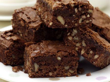 Receita de Brownie de Chocolate - 2 barras chocolate meio amargo de 170g cada, 9 colheres (sopa) de margarina Qualy (110g), 1 colher (chá) essência de baunilha, 3 ovos, 1 xícara (chá) açúcar, 1 e meia xícara (chá) de trigo, 1 colher (café) de sal, 1 xícara (chá) de nozes picadas