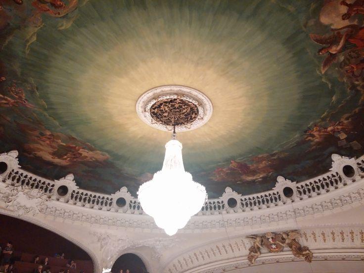 Hay visitas guiadas al Teatro Municipal de Santiago de casi una hora, ver municipal.cl.  Más alternativas para niños en http://www.encantacuentos.com/#!Santiago-con-niños-sin-pagar-entrada/cxvh/49DFDDC2-4055-42E9-A09C-7D7EE980A032