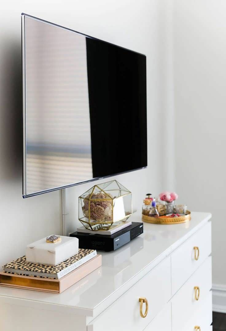 Neue raumwandgestaltung schlafzimmer tv ideen  eine niedrige kommode kann eine attraktive