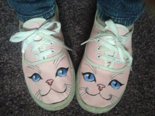 HOLY COW. It's kitty shoes.... i need to make these.