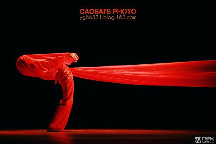 2013北京舞蹈学院冬季演出季教学成果实践交流汇演 中国民族民间舞系《大美不言》——汉族舞蹈专场于12月24日上演。天地有大美而不言,普度苍生,包容万象;民族有大美而不言,芬芳四溢,大爱无疆。历史悠久、繁花似锦的中华民族蕴涵着五十六种缤彩纷呈的美。图为精美剧照。