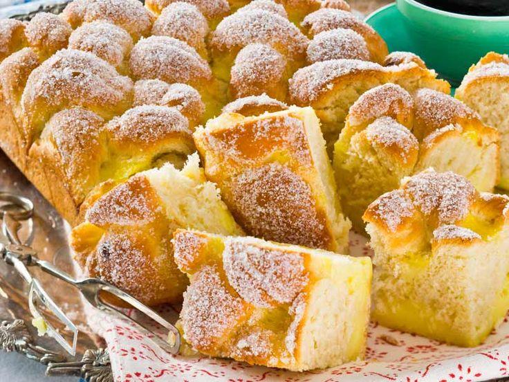 Som en stor vaniljbulle bakad i långpanna! Den här läckra mjuka kakan med vaniljkräm blir garanterat en succé på fikabordet.
