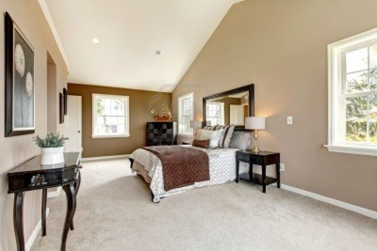 Duży klasyczny luksusowa sypialnia z dywan brązowy i biały i beżowy. Zdjęcie Seryjne - 13888973