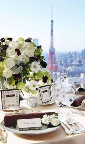 落ち着いた色味のスタイリッシュなテーブルコーデ☆ 東京のおしゃれ結婚式のアイデア一覧。ウェディング・ブライダルの参考に。