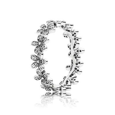 PANDORA's glittering daisy ring is hand-finished from sterling silver and decorated with sweet daisy buds embeliished with cubic zirconia stones. Channel the magic of nature with this feminine take on the daisy chain. Perfect for a stacked look..