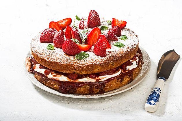 Τούρτα εποχής με φράουλες, μπαλσάμικο με μέλι και κρέμα