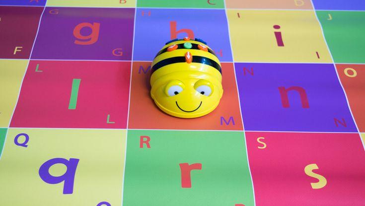 Sinds een paar wekenhebben wij een nieuw vriendje in de klas, namelijk de Bee-Bot. Deze gele bij is een kindvriendelijke en vrolijke robot waarmee kinderen kunnen experimenteren met het programmeren. Daarnaast is het een educatief middel om allerlei taal- of rekenactiviteiten mee te ondernemen. In deze blog wil ik mijn ervaringen delen en zal ik een aantal lessuggesties voor de groepen 1-4 geven bij de ABC-mat.Mijn Bee-Bot komt van de websiteb-bot.nl.