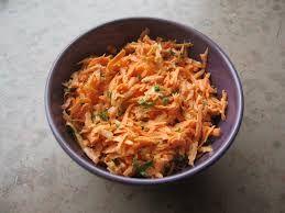 wortelsalade -Franse wortelsalade 3 à 4 grote wortels/bospeen (vanuit de KOELKAST) 1 sinaasappel (gekoeld) 4 forse tenen verse knoflook (dus niet gedroogd) eventueel een zoete mandarijn (gekoeld)