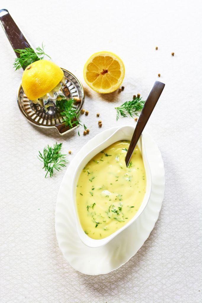 Bereiden:Klop de eidooiers samen met het water op een laag vuurtje tot een gladde saus.Zodra de eidooiers dreigen te stollen, neem je de pan van het vuur.Roer de klontjes koude boter voorzichtig onder de saus tot ze helemaal gesmolten zijn.Breng op smaak met peper, zout en citroensap.