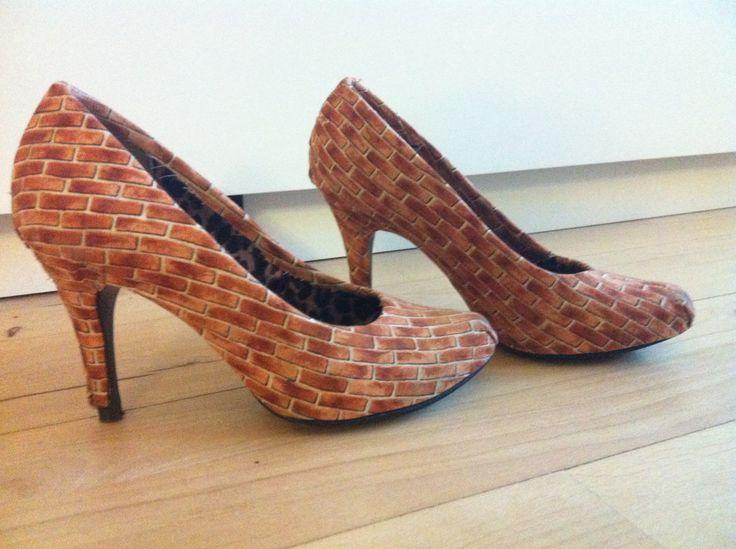DIY brick shoes/ stilettoes/ High heels.  Hjemmelavet murstens-sko lavet i forbindelse med svendegilde. Der er købt murstens-stof som er limet på skoene med tekstil-lim.