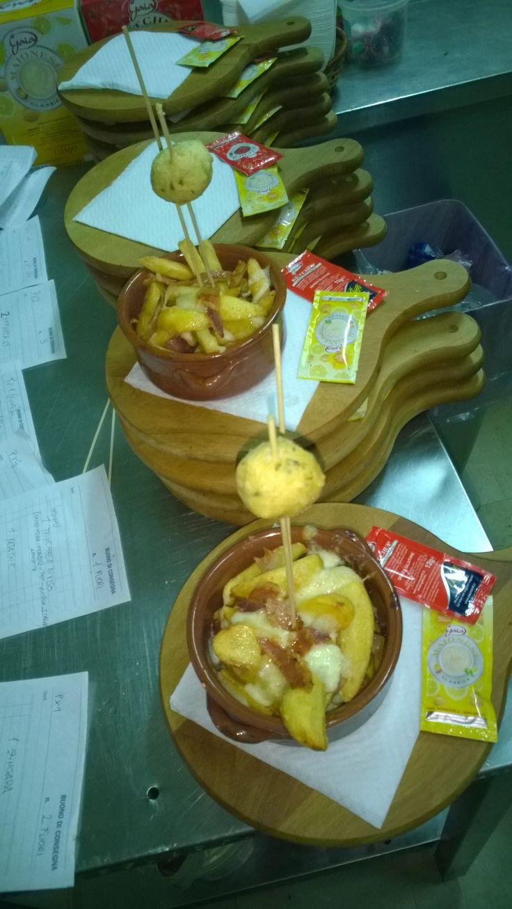 Patata 69 Patata nostrana cotta al forno servita con pancetta tostata, provola affumicata e  condita con aromi