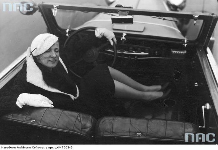 Aktorka Vera Bobrowska w swoim samochodzie. 1933