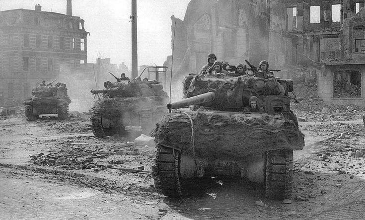 Hunter M-10 réservoirs se déplaçant dans les rues dévastées de Muenchen-Gladbach, le 1er mars 1945, au cours de l'opération Grenade, l'assaut sur la rivière Roer Hunter M-10 tanks moving from the devastated streets of Muenchen-Gladbach, on March 1, 1945, during Operation Granada, the assault on the Roer River