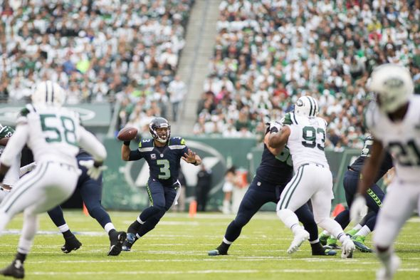 Russell Wilson's knee and ankle problems didn't hamper his performance Sunday as he threw a trio of touchdown passes in a 27-17 victory over the Jets at MetLife Stadium.