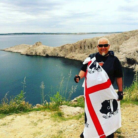 La bandiera sarda sventola sull'isola di Pag in Croazia #croazia #isoladipag #sardegna #bandierasarda #sardinelmondo