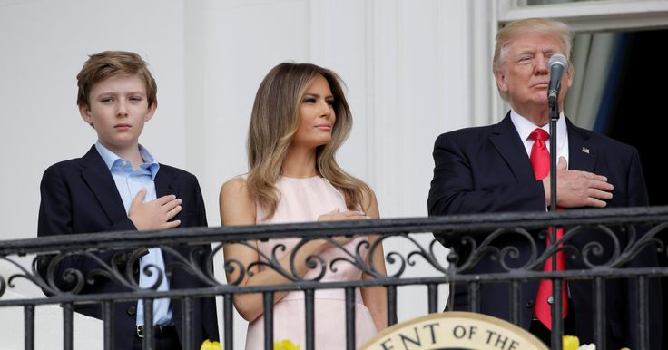 Cette tape de Melania Trump à son mari pendant l'hymne américain n'est pas passée inaperçue