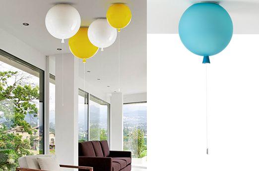 Lampa balon marki Brokis to wpaniała dekoracja, która pozwoli swojemu właścicielowi poczuć się znowu jak dziecko. Kolorowe, wiszące pod sufitem kule , na pierwszy rzut oka wyglądają jak najzwyklejsze, gumowe balony wypełnione helem, jednak po głębszej analizie doskonale widać, że to piekny, szklany klosz zakończony oryginalnym, wiszącym pstryczkiem. Lampy w kształcie balonów są dostępne w dwóch...