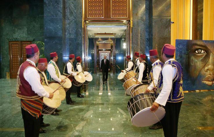 Τα ταμπούρλα. Παραδοσιακοί μουσικοί χτυπούν τα τύμπανα καλώντας τους πιστούς για το Ιφτάρ. Στην συγκεκριμένη περίπτωση το κάλεσμα ήταν στο Προεδρικό Μέγαρο της Τουρκίας και ο Τayyip Erdogan κατέφτασε για το γεύμα.Yasin Bulbul/Presidential Palace/Handout via REUTERS