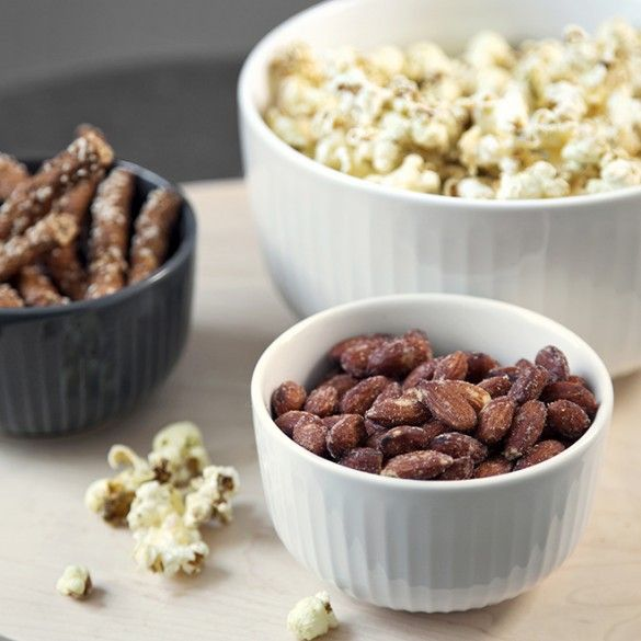 Lay a beautiful table and enjoy a cosy moment with your medium-sized Hammershøi bowl filled with popcorn – or use it to present your creative culinary accomplishments, such as exciting salads or hot dishes.