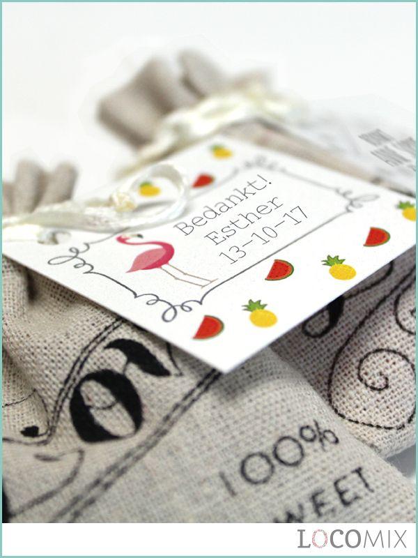 Deze Linnen Love Bags zijn leuke bedankjes voor de gasten van de doop van jullie kindje. Op de Linnen Love Bags staat de tekst 'Love, 100% sweet' gedrukt en in de zakjes zitten lekkere snoepjes. Kies een leuk ontwerp voor het bedankkaartje of ontwerp er zelf een om het perfecte doopbedankje te ontwikkelen!
