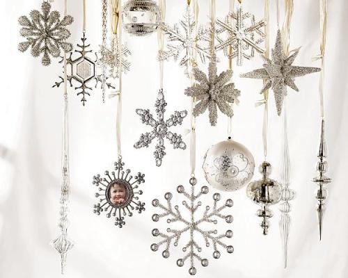 Weihnachten weiß und silber - ganz viele Sterne und Kugeln am Fenster