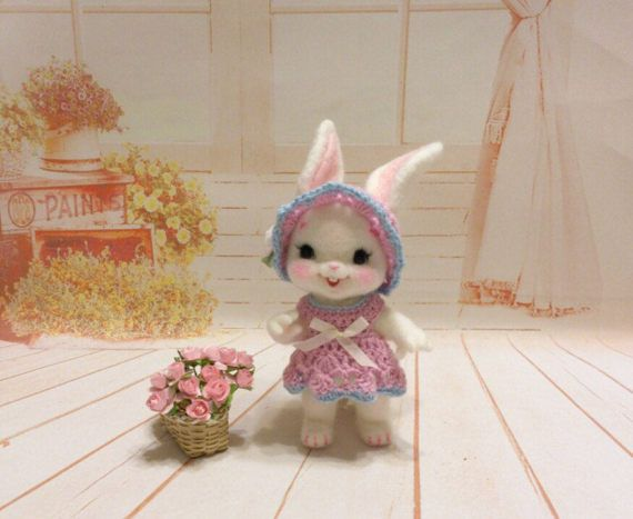 Lapin feutré à l'aiguille robuste entièrement fait de laine de qualité. Le lapin mesure environ 5 …
