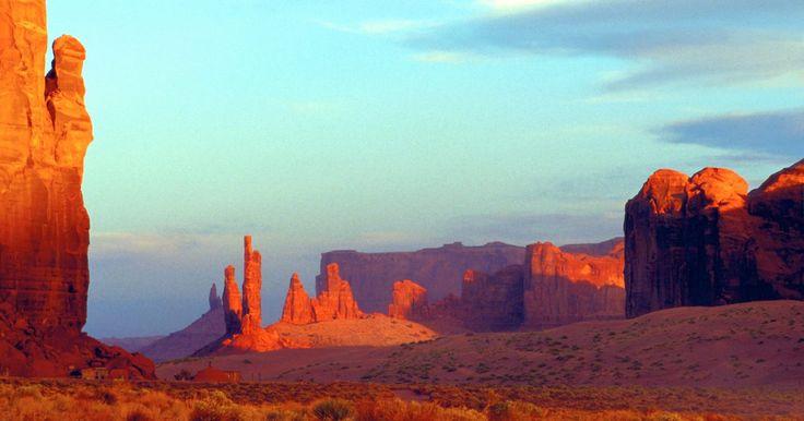 """Religión de los indios Navajos nativo-americanos en el desierto del sudoeste. Los nativos americanos del suroeste eran originarios de Arizona, Nuevo México, el sur de Colorado y el norte de México. Los Navajos, o Dine como ellos se llaman a sí mismos, que significa """"el pueblo"""", son la mayor tribu indígena de América del Norte. El Navajo no practica una religión organizada, sino que cree que las personas, los animales, las ..."""