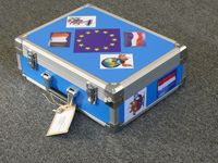 De Europese Verhalenkoffer zit vol met spannende (voorlees)verhalen met opdrachten en bijbehorende voorwerpen voor leerlingen van groep 5 t/m 8 van de basisschool.
