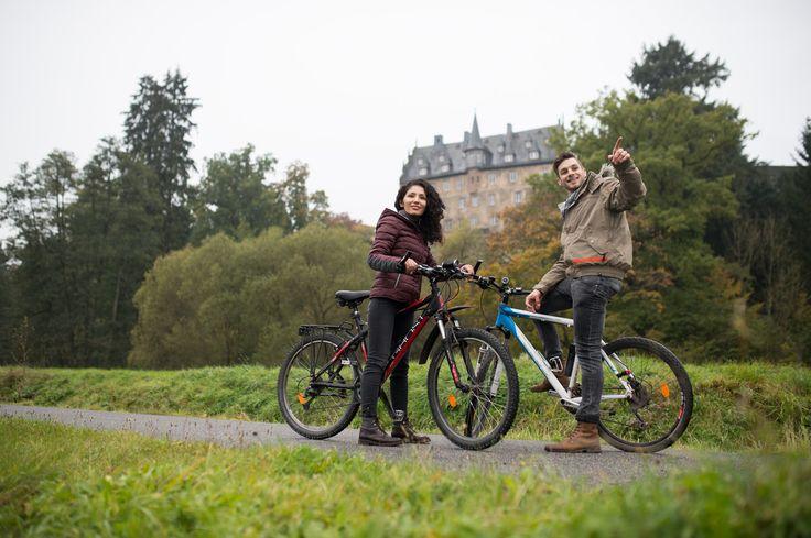 Hessens qualitativ ausgebautes Radwegenetz bietet gleichermaßen Routen durch idyllische Flusstäler, Strecken für Genießer wie auch herausfordernde Touren über die hessischen Mittelgebirgslandschaften. Ihnen allen gemein ist die große landschaftliche, kulturelle und auch kulinarische Abwechslung. Kommen Sie und entdecken Sie Hessen via Fahrrad!  (c) Hessen Agentur, Paavo Blåfield