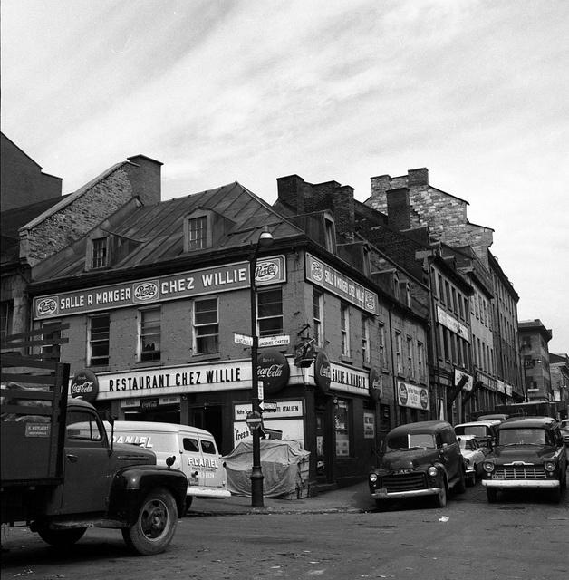 Le vieux-Montréal vu par René Bénard. Le restaurant chez Willie à l'intersection rue de la Place Jacques-Cartier et Saint-Paul. Photo: René Bénard, le 19 août 1959. ©La Presse