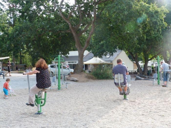 Équipements de fitness en extérieur au camping Domaine de Bréhadour