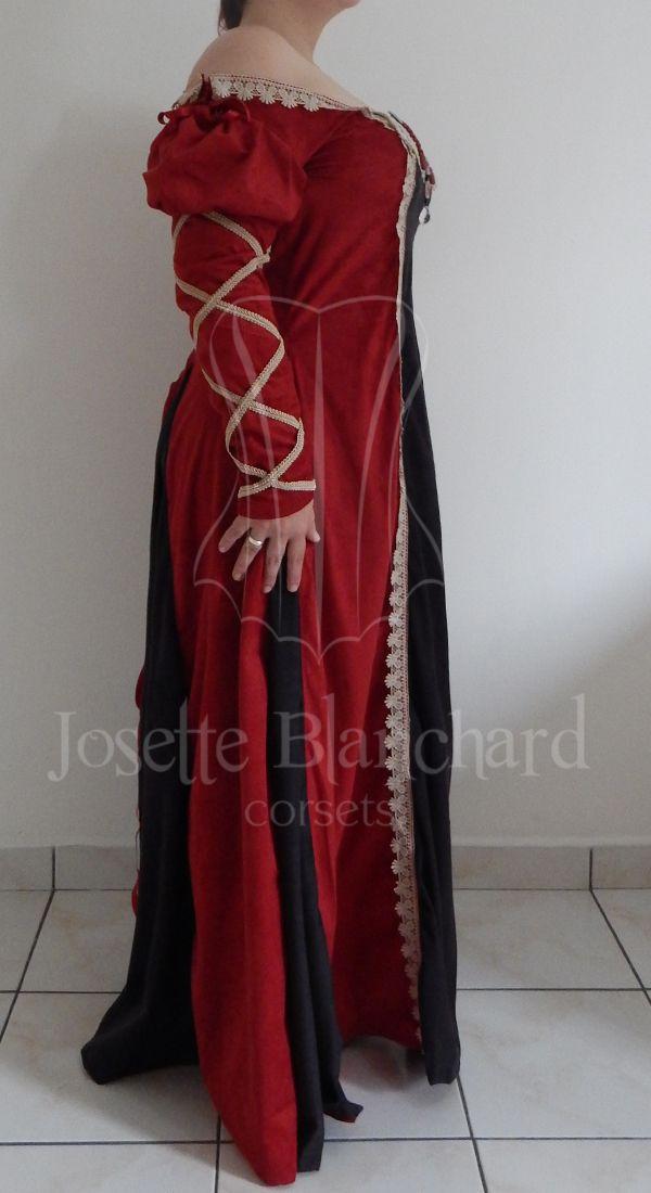 Vestido estilo medieval com mangas renascentistas em camurça preta e vermelha, com pregas em camurça preta, detalhes de rendas no decote, frente e mangas e pedrarias aplicadas no decote. Site: http://www.josetteblanchardcorsets.com/ Facebook: https://www.facebook.com/JosetteBlanchardCorsets/ Email: josetteblanchardcorsets@gmail.com josetteblanchardcorsets@hotmail.com