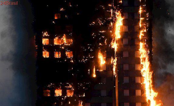 Incêndio atinge prédio em Londres: Vídeo mostra corda feita por moradores para fugir de chamas