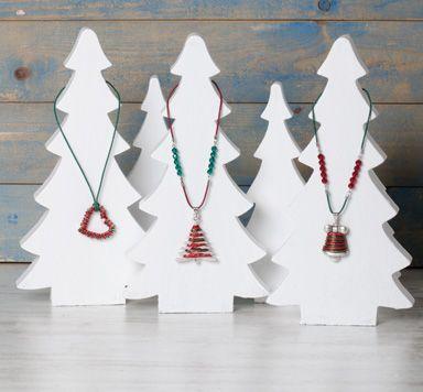 Anleitung für weihnachtliche Ketten mit Metallanhängern, Modellierdraht und Delicaperlen von Glücksfieber