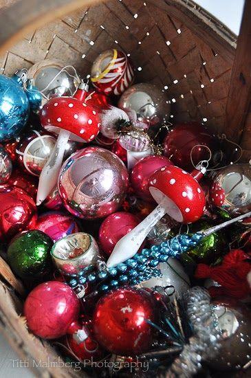 Colorful vintage glass ornaments seen here: HWIT BLOGG: Så var det över för denna gång…vinterns alla högtider!