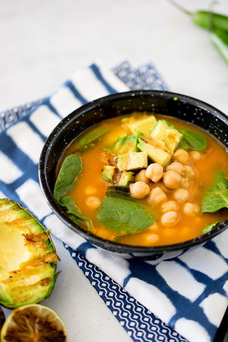 Esta receta de sopa con garbanzos y espinacas es lo más rica que puede haber. Es de las sopas que en la primera cucharada te hace sentir como en casa.