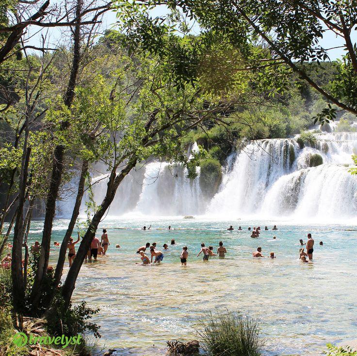 Kroatien zählte letztes Jahr zu den absoluten Reisefavoriten der Deutschen Touristen. Wenn man einen Blick auf die wunderschönen Wasserfälle im Nationalpark Krka wirft, weiß man warum. Die schönsten Orte und besten Angebote für einen Kroatienurlaub verraten wir Dir gern auf travelyst.de!
